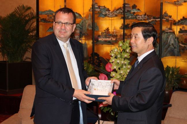 工贸部长杨•姆拉德克的使命促进更紧密合作